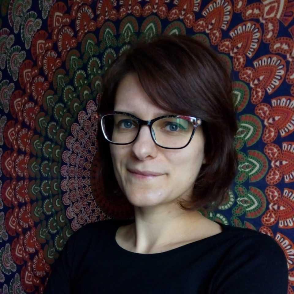 kobieta brunetka na kolorowym tle