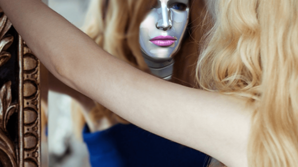 kobieta w masce przed lustrem