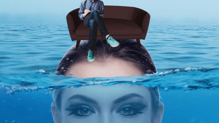 psycholog siedzi na sofie sofa stoi na głowie kobiety głowa zanurzona w wodziea